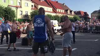 Robert Burneika pokazuje bicepsy dla młodych pakerów