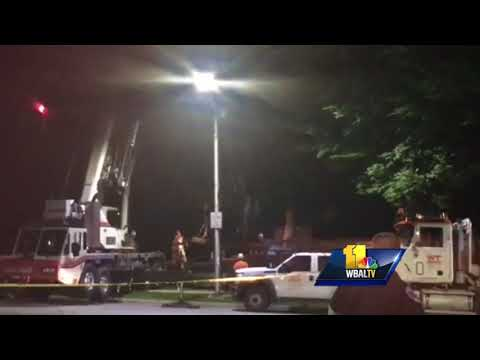 Video: Crane hoists Lee and Jackson Monument from pedestal