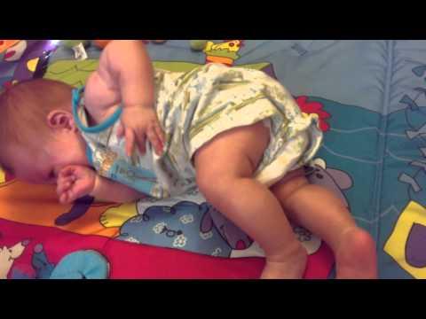 Ребенок переворачивается со спины на живот