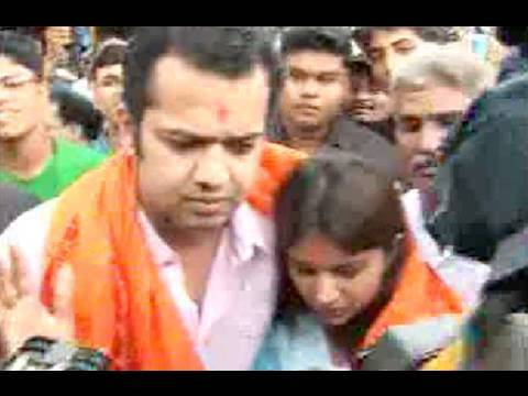 Rahul And Dimpi Come Together In Public, Visit Temple
