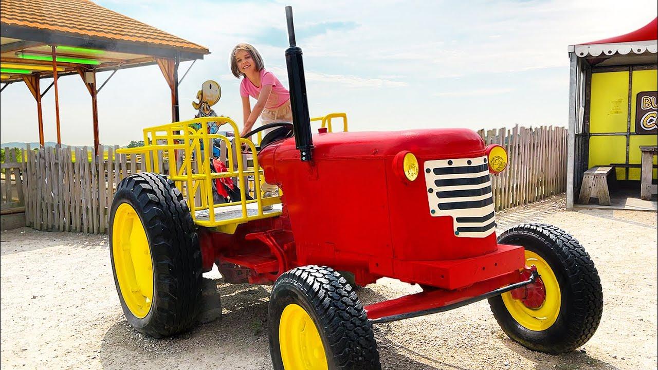 Катя и Макс весело играют на ферме у МакДональда
