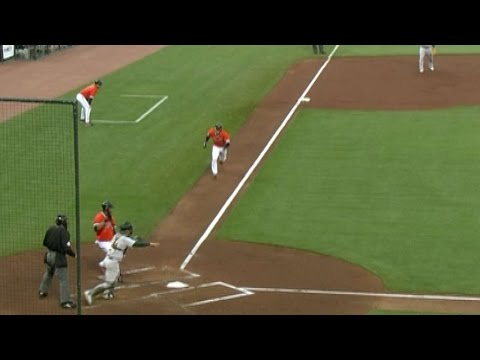 Vizquel steals home in the fifth