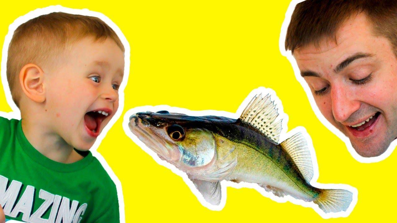 Съели ЖИВУЮ Рыбу и живого РАКА! Обычная ЕДА против МАРМЕЛАДА Челендж с едой Видео для детей смешное