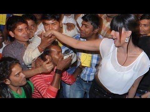 Veena Malik creates world record with 137 kisses in 1 minute
