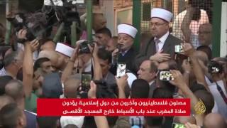 فلسطينيون وآخرون يؤدون صلاة المغرب عند باب الأسباط