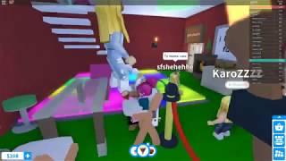 hjälp !! Hon kidnappar mig!! | Roblox - Adopt me del 1|