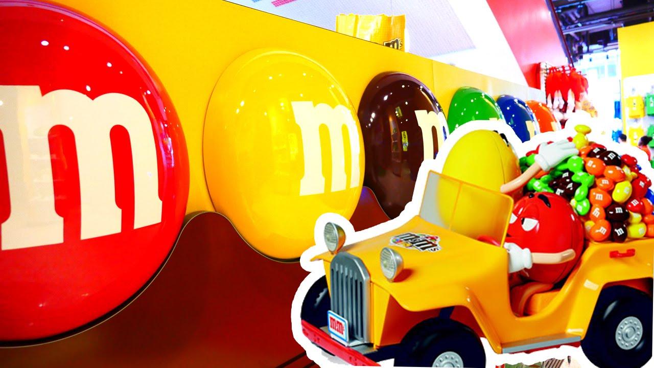 Достаем конфеты m&m из игрушки Candy Dispenser. We get m&m from a .
