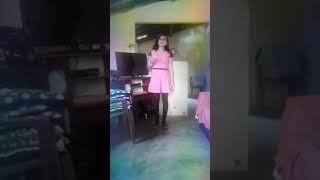 Baixar Que linda menina cantando um lindo louvor Deus de maravilha