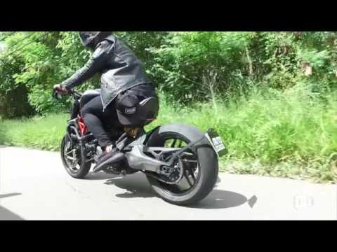 Lucas Lucco e Felipe Titto mostram suas motos customizadas