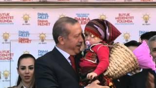 Başbakan Erdoğan Sakarya Mitinginde Sırtında çiçek sepeti olan kız çocuğu