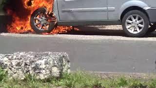 Une voiture en feu sous mes yeux