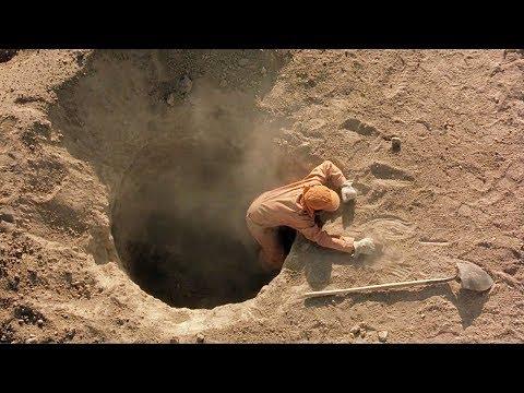 【穷电影】一群人在挖地洞,什么也没找到却依旧不放弃,只因地下有好东西