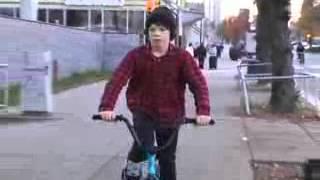 BMX[Пацану лет 12.он катает на BMX..flv
