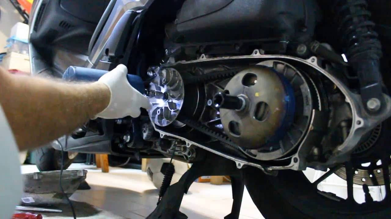 How to change the DRIVE BELT of Honda Forza 300 Como