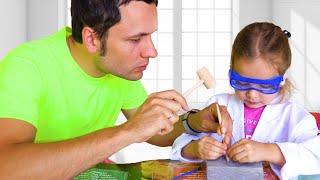 Майя и папа играют в археолога