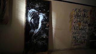 Житель Газы по незнанию продал граффити Бэнкси за 175 долларов (новости)(http://ntdtv.ru/ Житель Газы по незнанию продал граффити Бэнкси за 175 долларов. Этот житель сектора Газа жалуется..., 2015-04-02T11:19:26.000Z)