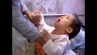 Женщина отдает детей, потому что не может прокормить