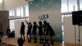 2014年1月25日、イーアス札幌 イーアスコート(Aタウン1F)にて開催されたミルクス『フリーライブ in イーアス ①』です。 3曲目終わりのMC.