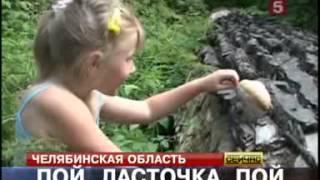 Девочка поет птичьими голосами