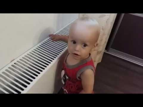 Развитие ребенка 11 месяцев. Первые шаги. Денис показывает свои достижения. Зубов нет.