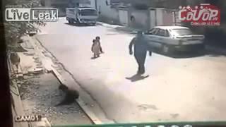 Em bé bị bắt cóc lên ô-tô ngay trước mắt người thân-Cuop.vn