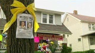 Родные и друзья похищенных американок в ожидании их...
