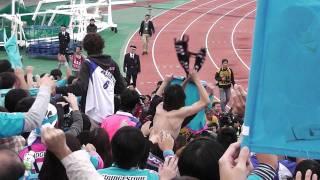 ゴール裏にあいさつに来た尹 晶煥(ユン・ジョンファン)監督と喜びを分...