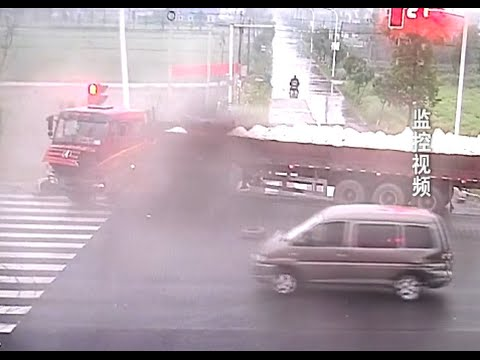 Cyclist Narrowly Escapes Horrific Traffic Accident in East China City