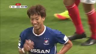 CKのチャンスからニアでフリックされたボールを金井 貢史(横浜FM)が押...