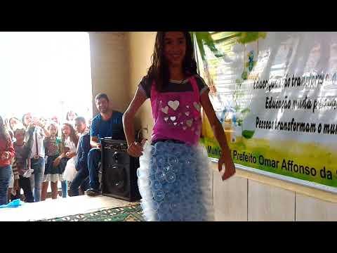 vídeo Desfile de roupas feitas de produtos recicláveis