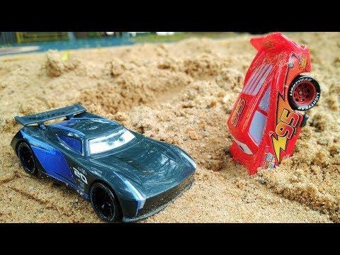 Lightning McQueen Und Storm Fahren Ein Rennen. Spielzeugautos Aus Cars 3.