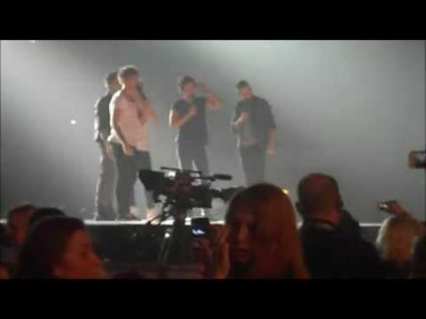 One Direction singing 'The Lion Sleeps Tonight' without moving their lips! (Sheffield 13/4/2013)