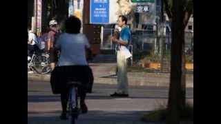 福島市長選に立候補表明した小林かおるさんが福島市内で辻立ちをしてい...