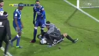 Anthony Lopes se prend un pétard pendant le match Lyon vs Metz