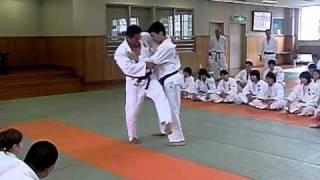 Japan 2010 - Kodokan - Technikerklärung O-soto-gari zu Hiza-guruma 3