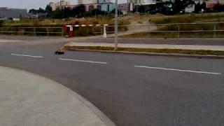 E-Savage na asfaltu+salto bokem...