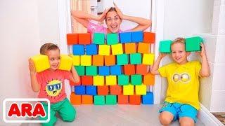 نيكيتا ، فلاد و أمي العب مع مكعبات ملونة