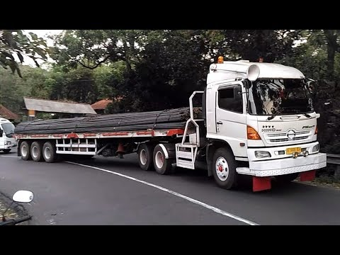 Truck Trailer HINO Muatan Besi Beton Truk Tronton Truk Gandeng Fuso Isuzu Nanjak Di Tikungan Timez