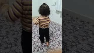 Yeşil uzaylı dansını oynayan bebek