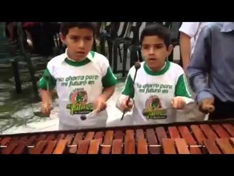 Niños tocando marimba en Cahabon Alta Verapaz