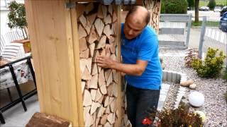 Sichtschutz aus Brennholz für eine Terrasse