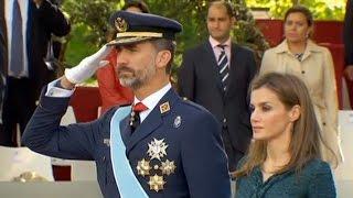 Король Испании Дон Фелипе и королева Летисия с дочерьми в день Испании 12 октября