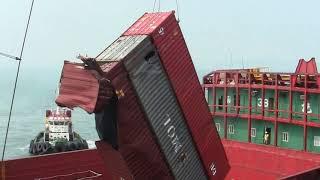 Перегрузка разбитых контейнеров на баржу | Порт Гонконг