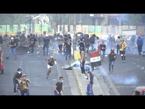 شاهد: اشتباكات بين المتظاهرين وقوات الأمن وسط بغداد  - 06:58-2019 / 11 / 15