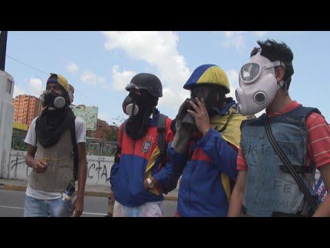 Opositores y policías se enfrentan durante una protesta en Caracas