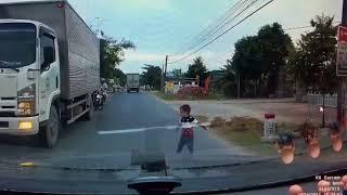 Trẻ con chạy giỡn ngoài đường, suýt nữa thì tai nạn