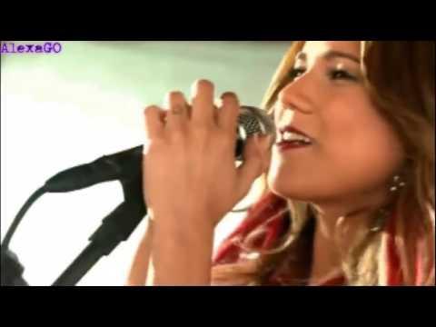 María Esperanza cantando María