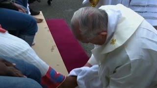 البابا فرنسيس يغسل أرجل مسلمين ويقول نحن