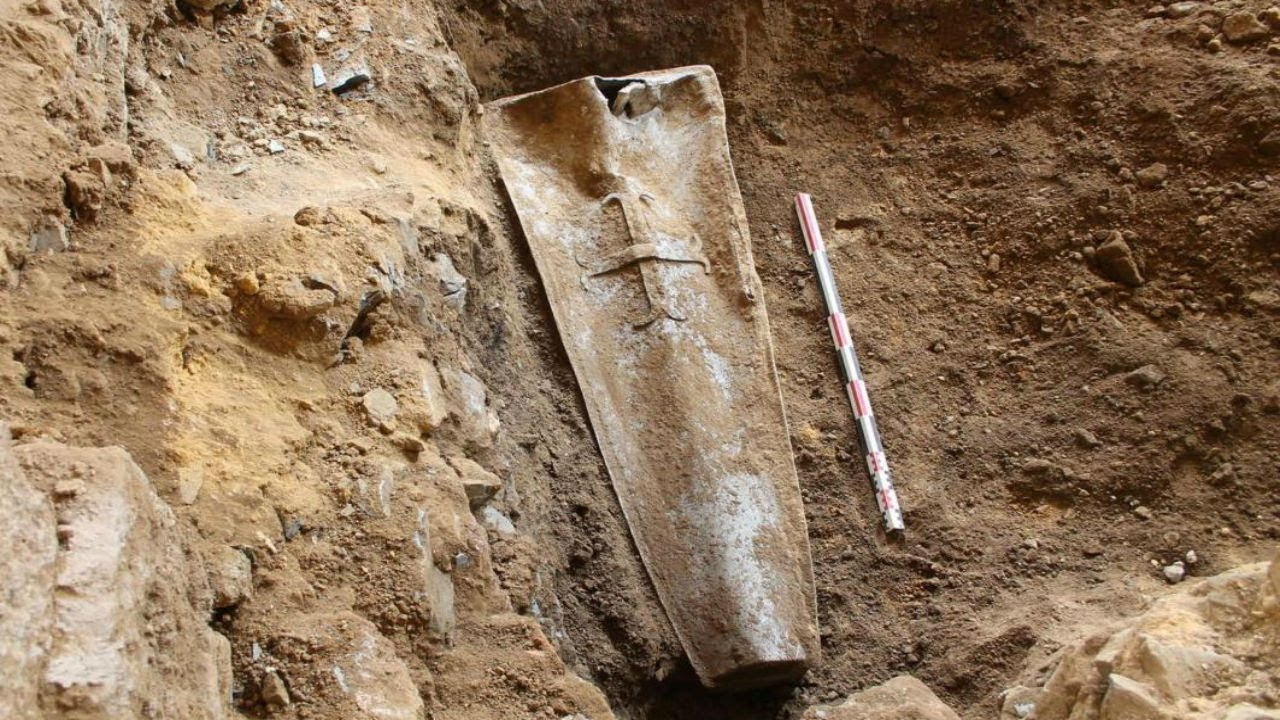 archaeologists-uncovered-this-350-year-old-coffin-and-the-corpse-lying-inside-left-them-awestruck