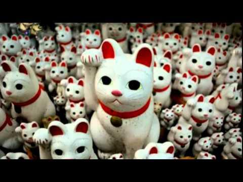 """Maneki (招き) procede del verbo maneku (招く) que en japonés significa """"invitar a pasar"""" o """"saludar"""". Neko (猫) significa """"gato"""". Juntos literalmente denotan """"gato que invita a entrar"""". Según la tradición japonesa el mensaje que transmite el gato con el movimiento de su pata es el siguiente: """"Entra, por favor. Eres bienvenido"""". La escultura representa a un gato, particularmente de la raza bobtail japonés, en una actitud de llamada y no saludando como la mayoría de la gente piensa. En el siguiente vídeo lo explican claramente y descubrirás una antigua leyenda que tiene que ver con la Meteorología."""